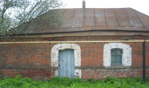 Дом старой постройки на земельном участке